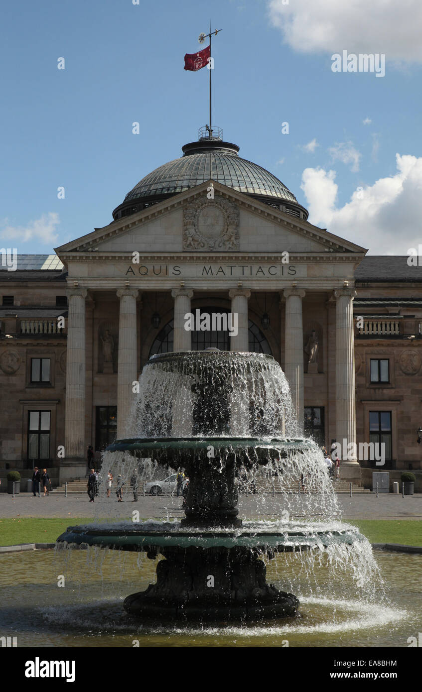Fountain in front of the Kurhaus with the Spielbank Casino in Wiesbaden, Hesse, Germany. - Stock Image