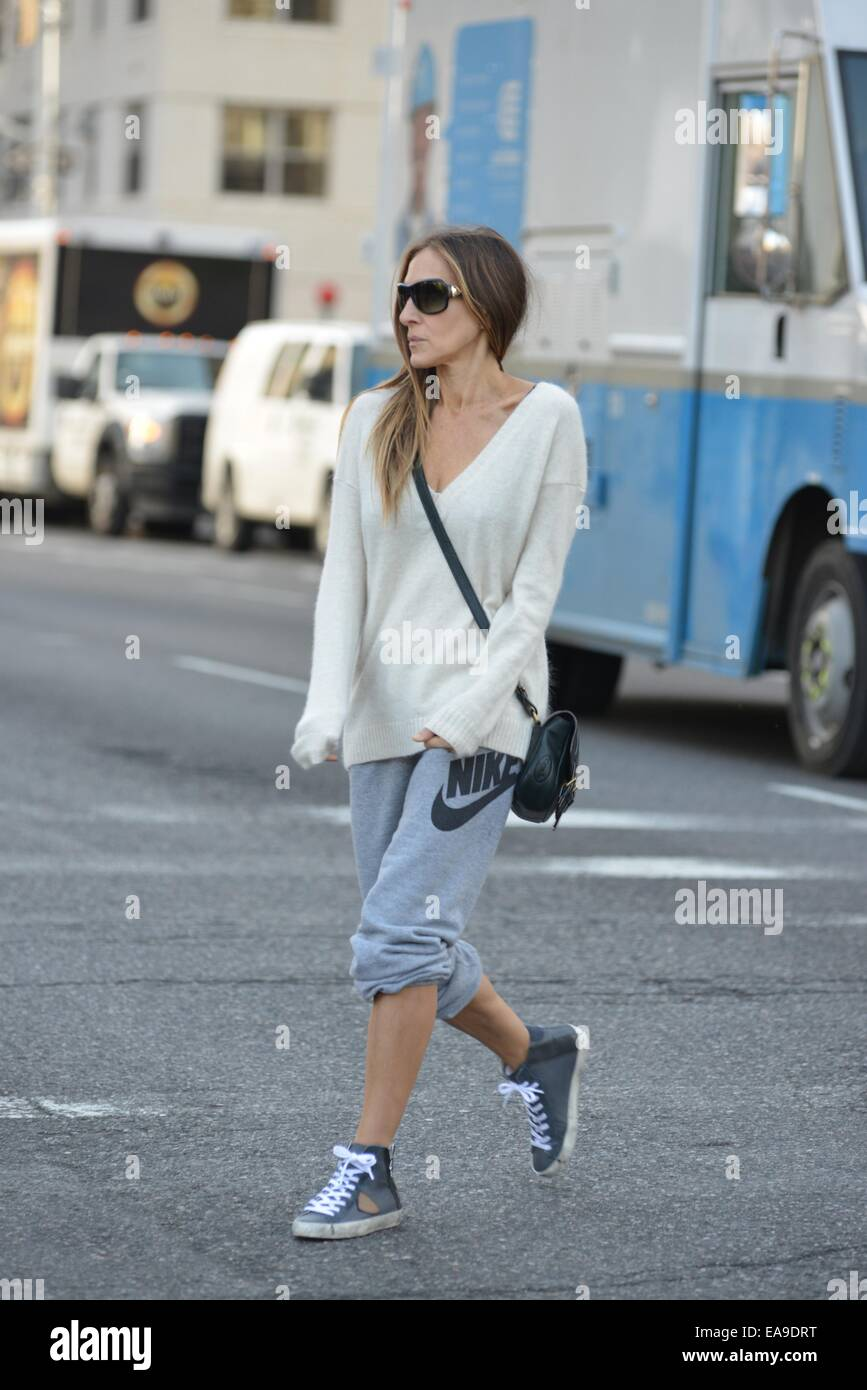 24bef5acd1a Sarah Jessica Parker takes her children to school in a loose fitting  jumper