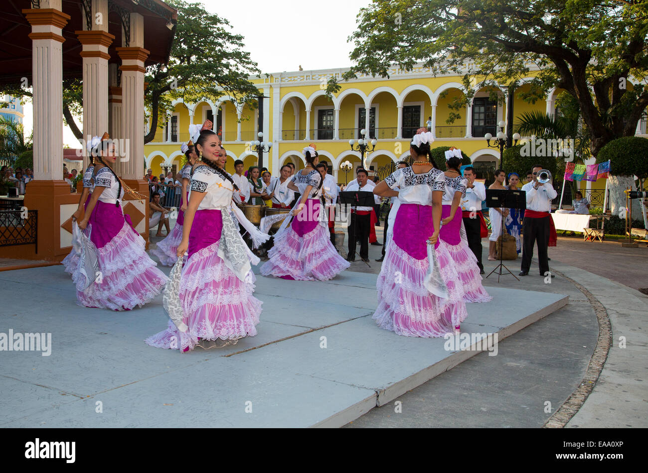 Mexican traditional female dance troupe perform for tourists in the main square of Campeche in Mexico - Stock Image