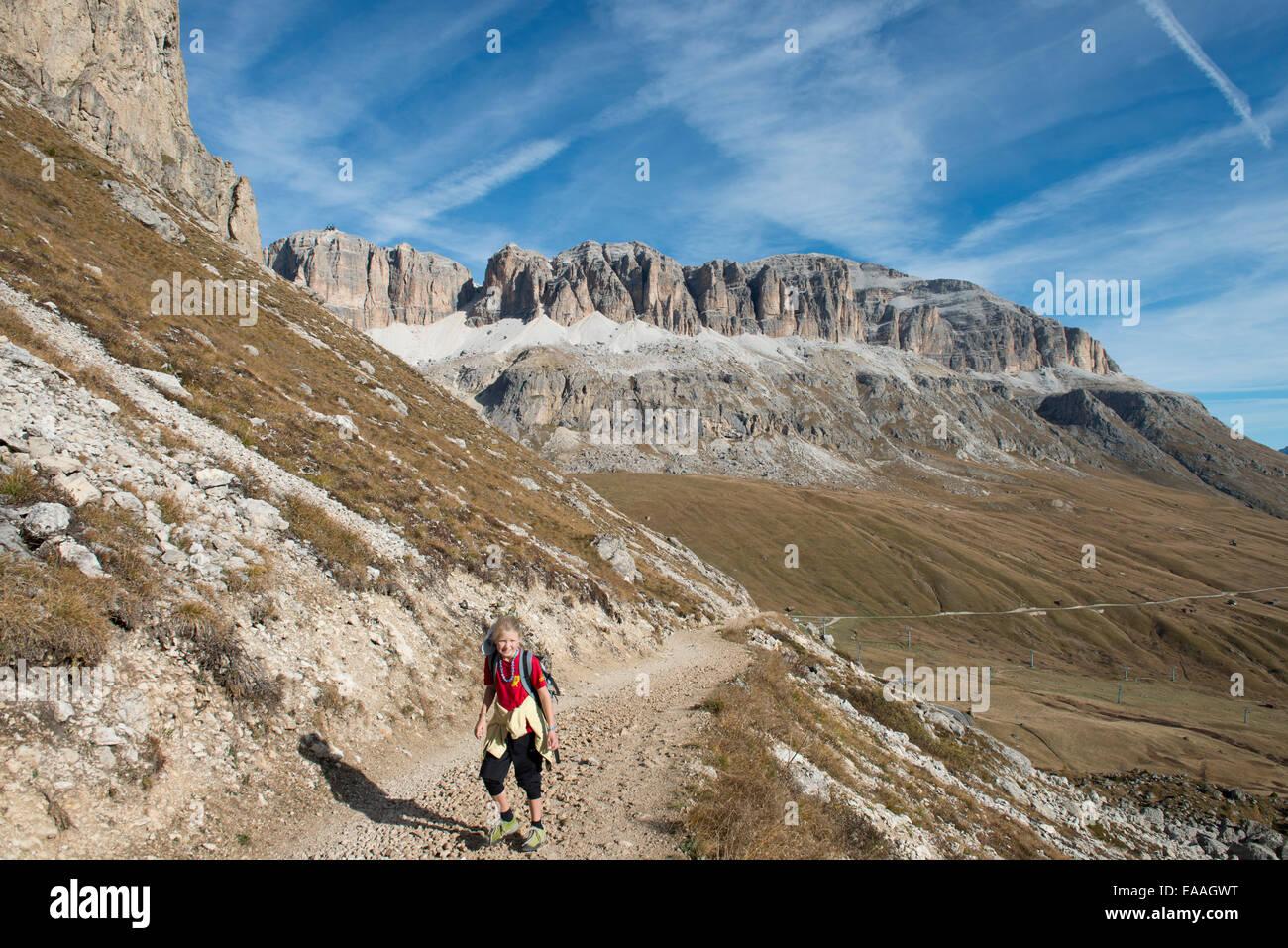 Kind wandert auf Schotterweg -children hike on alpine way - Stock Image