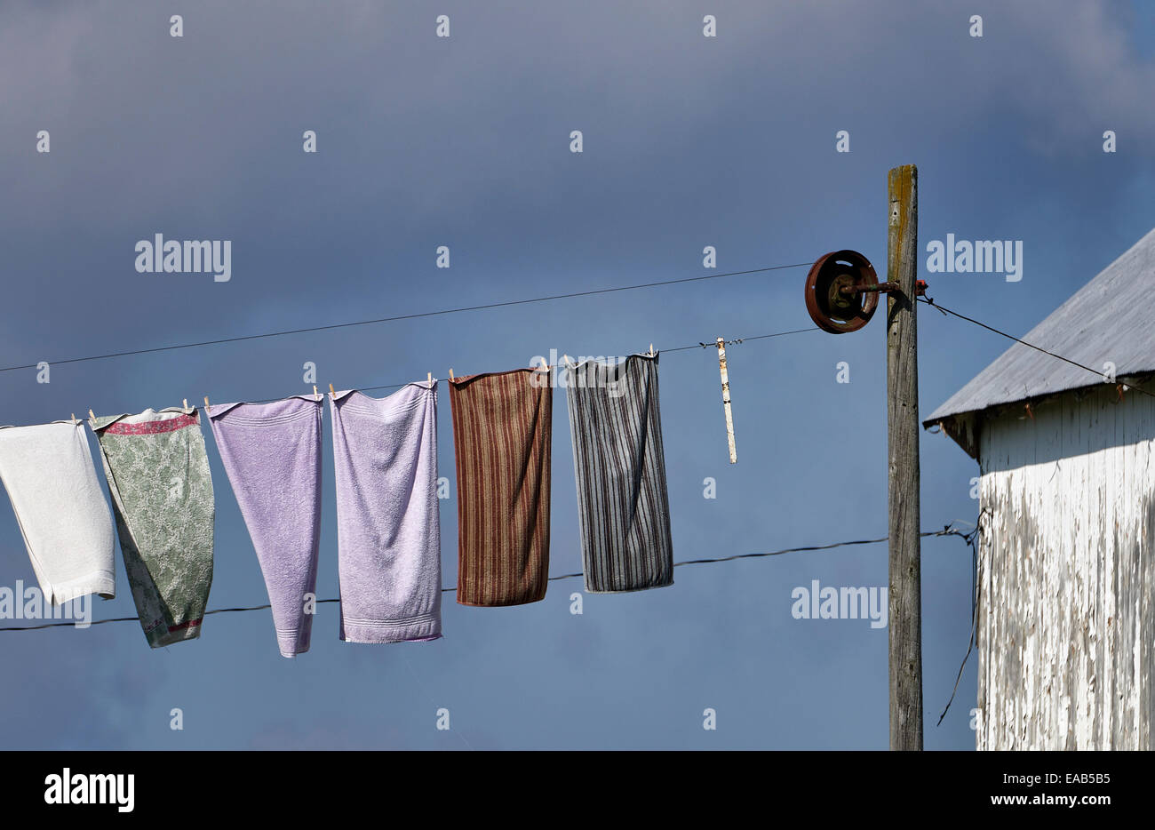 Laundry hangs to dry on an Amish farm clothesline, New Holland, Lancaster County, Pennsylvania, USA - Stock Image