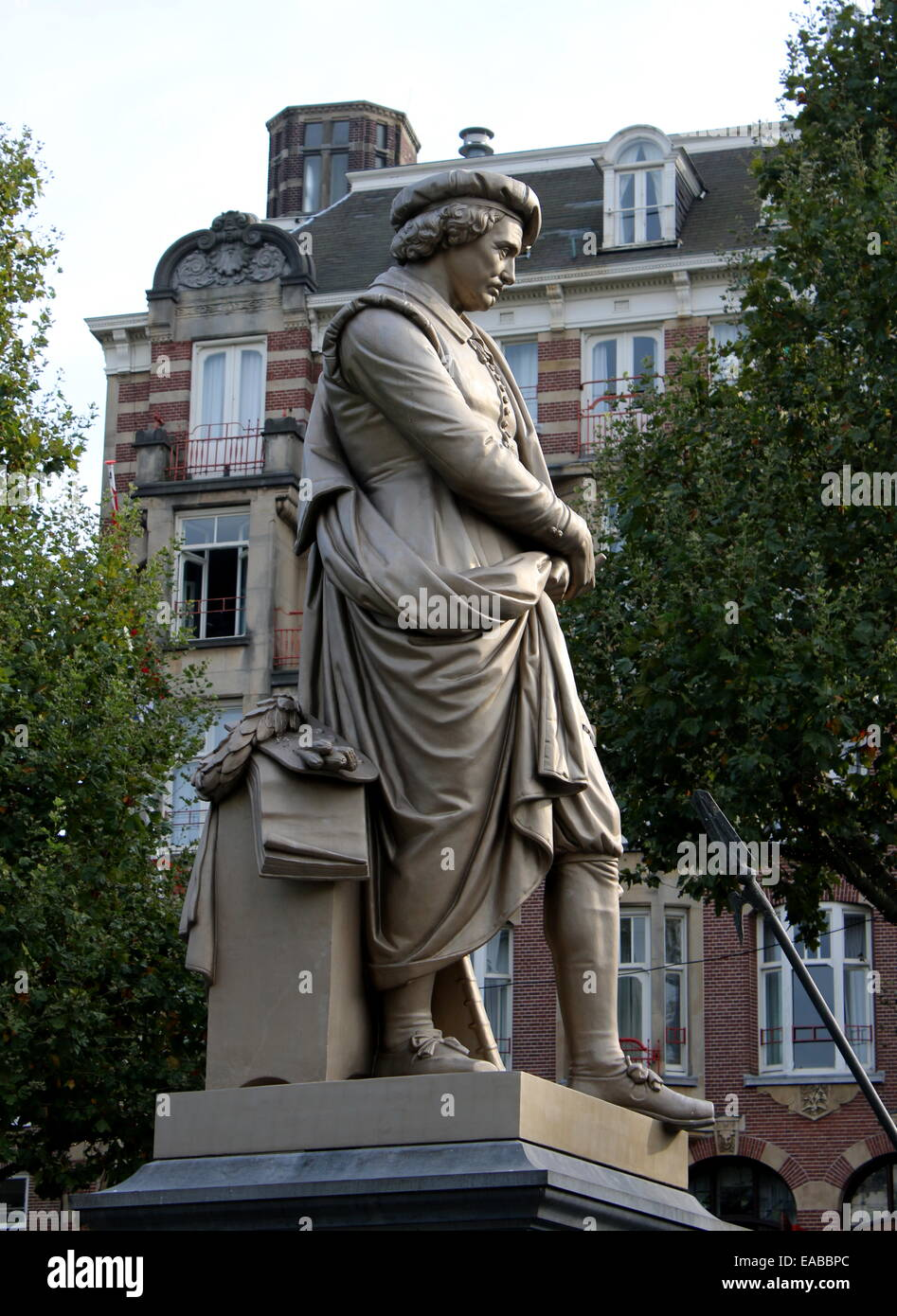 Large bronze Rembrandt Statue at Rembrandtplein, inner city of Amsterdam The Netherlands. Sculpted  by Louis Royer - Stock Image