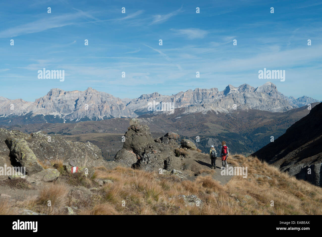 Woman with girl hiking on alpine track in the Dolomites Frau und Kind wandern auf Steig in Dolomiten - Stock Image