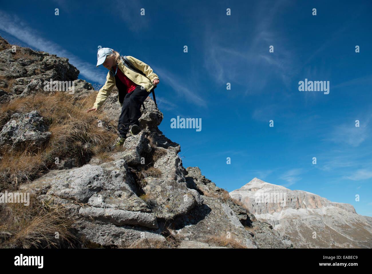Kind beim abklettern,children climbs down steep way - Stock Image