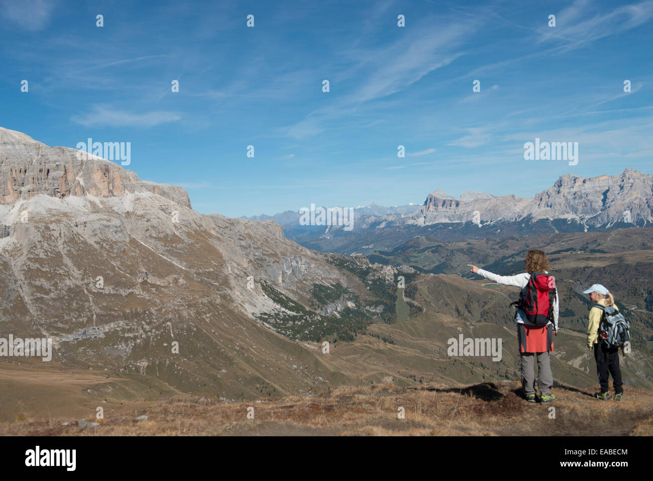 Frau und Kind wandern Dolomiten - Woman and children hiking in dolomites - Stock Image