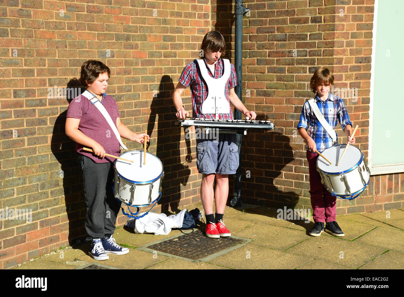 Young boy buskers, St Thomas' Square, Newport, Isle of Wight, England, United Kingdom - Stock Image
