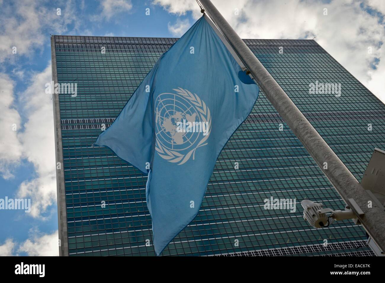 New York, USA. 11th Nov, 2014. The UN flag flies at half-mast at the UN headquarters in New York on Nov. 11, 2014, - Stock Image