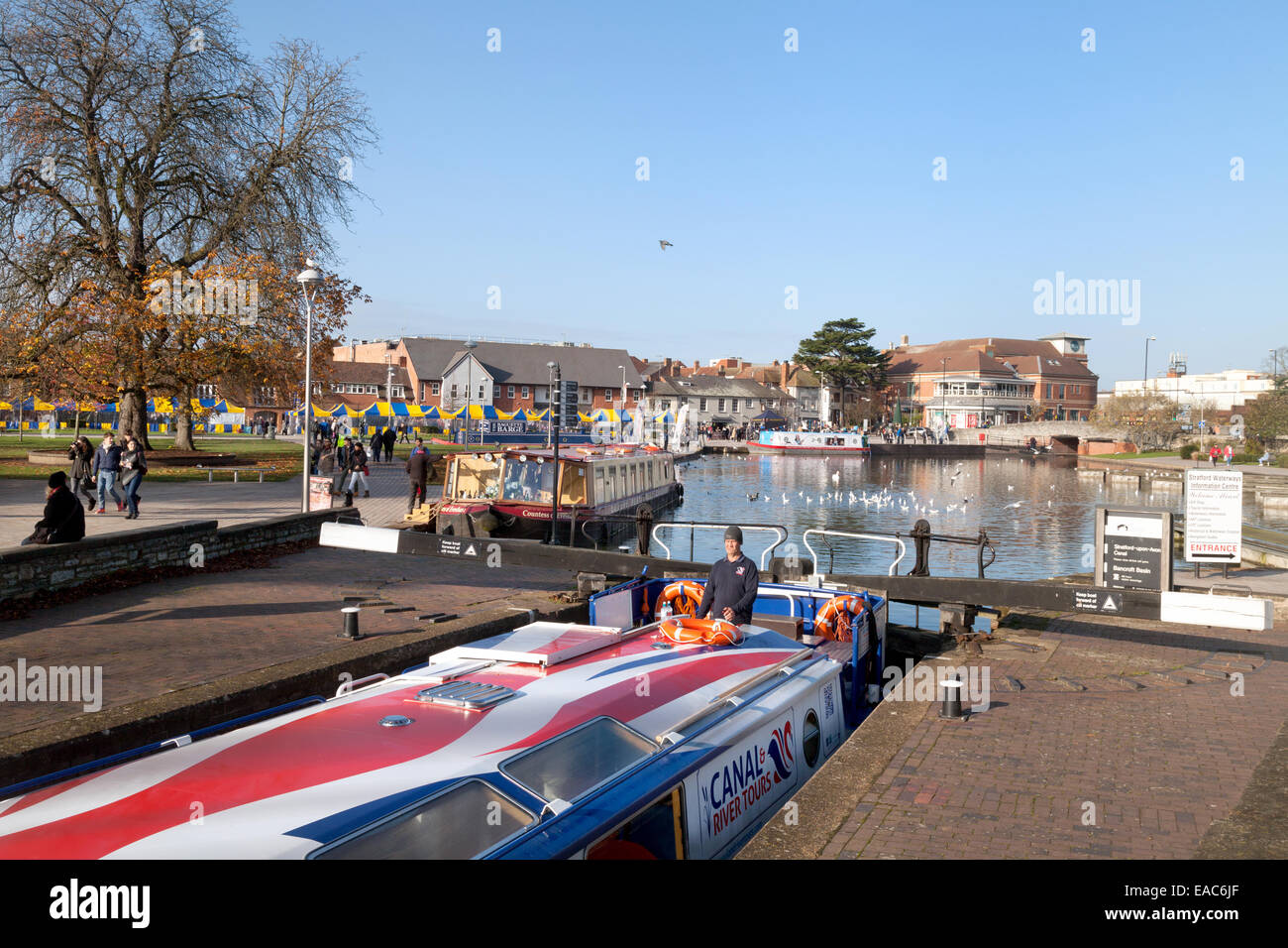 Narrow boats in the Stratford upon Avon canal in the town centre, Stratford upon Avon, Warwickshire, UK - Stock Image
