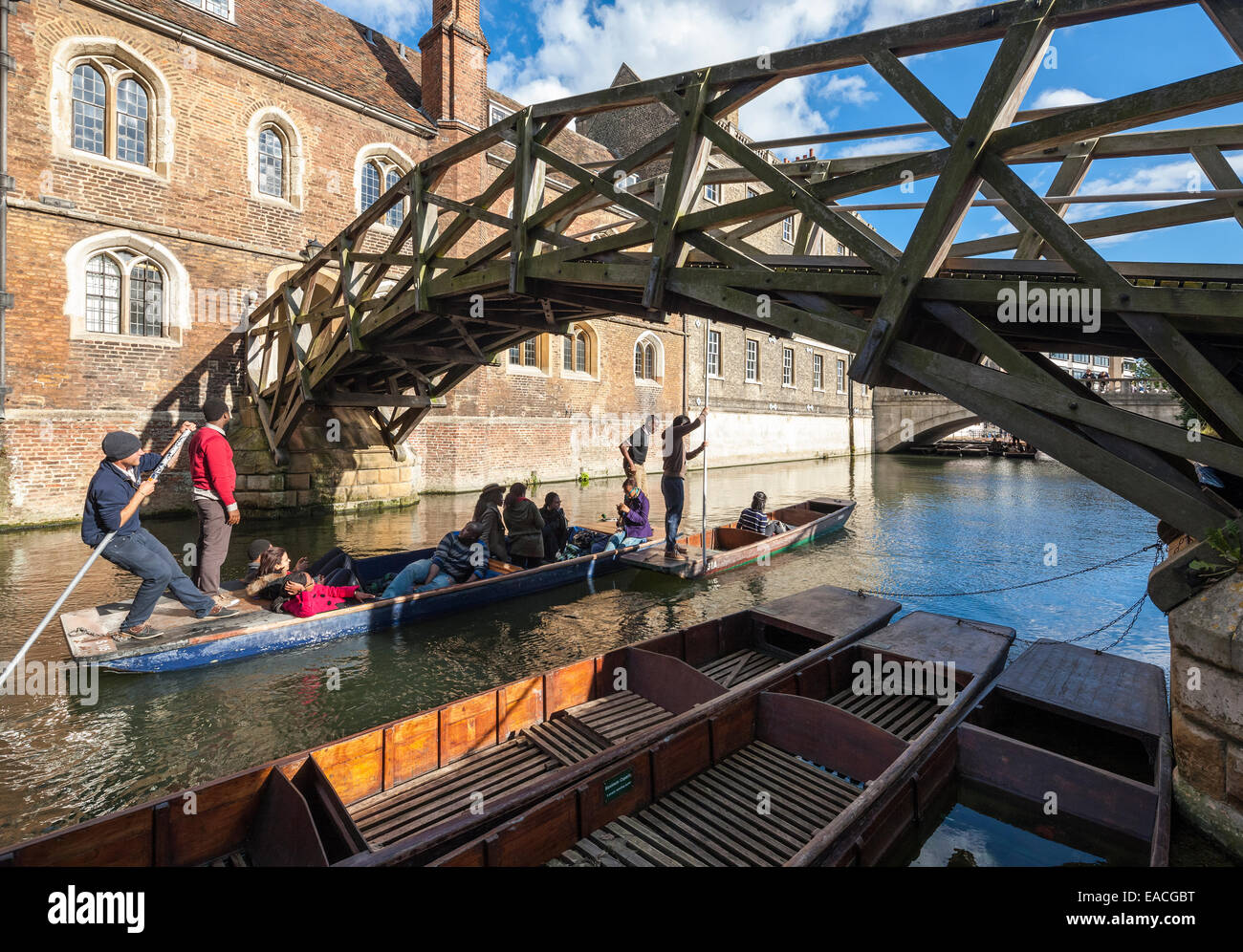 Cambridge Mathematical Bridge on the River Cam at Queens' College, with tourists and students punting, polling - Stock Image