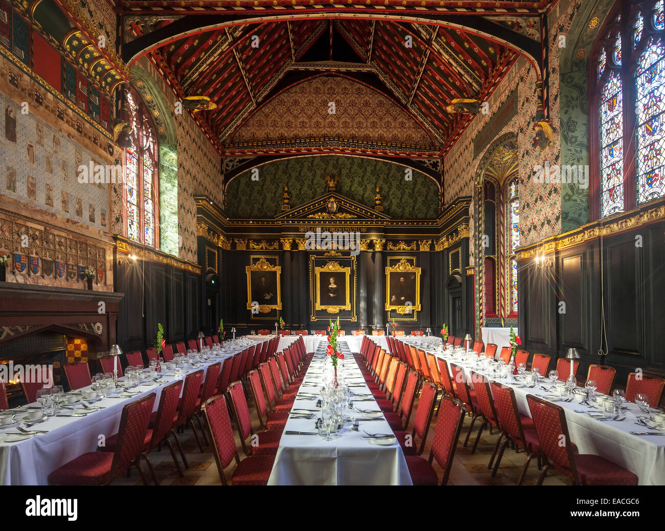 Cambridge Queens' College Old Hall dating from 1448. Tables set up for formal dining. 15th century building - Stock Image