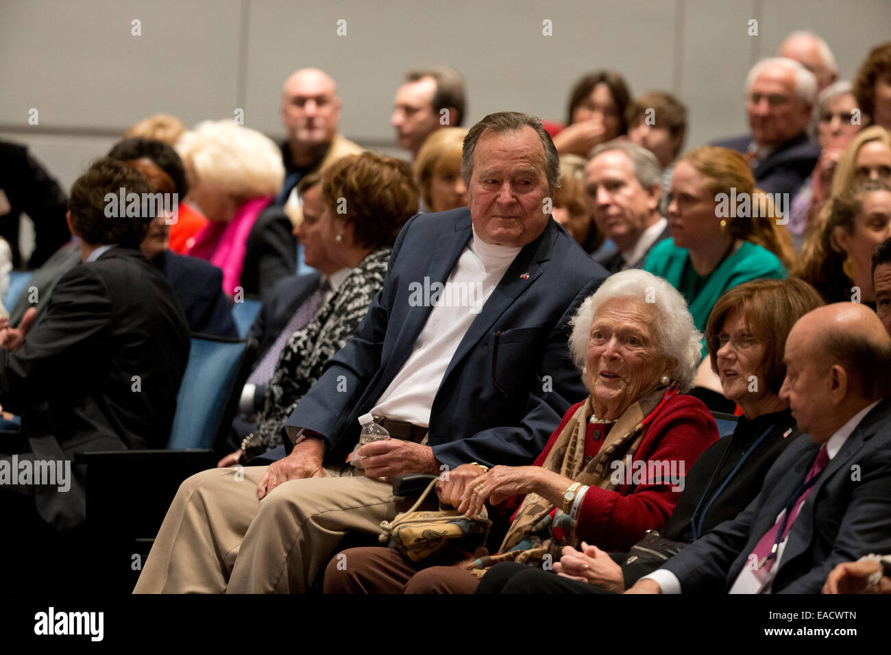 College Station, Texas, USA. 11th November, 2014. Former U.S. President George H. W. Bush listens with his wife - Stock Image