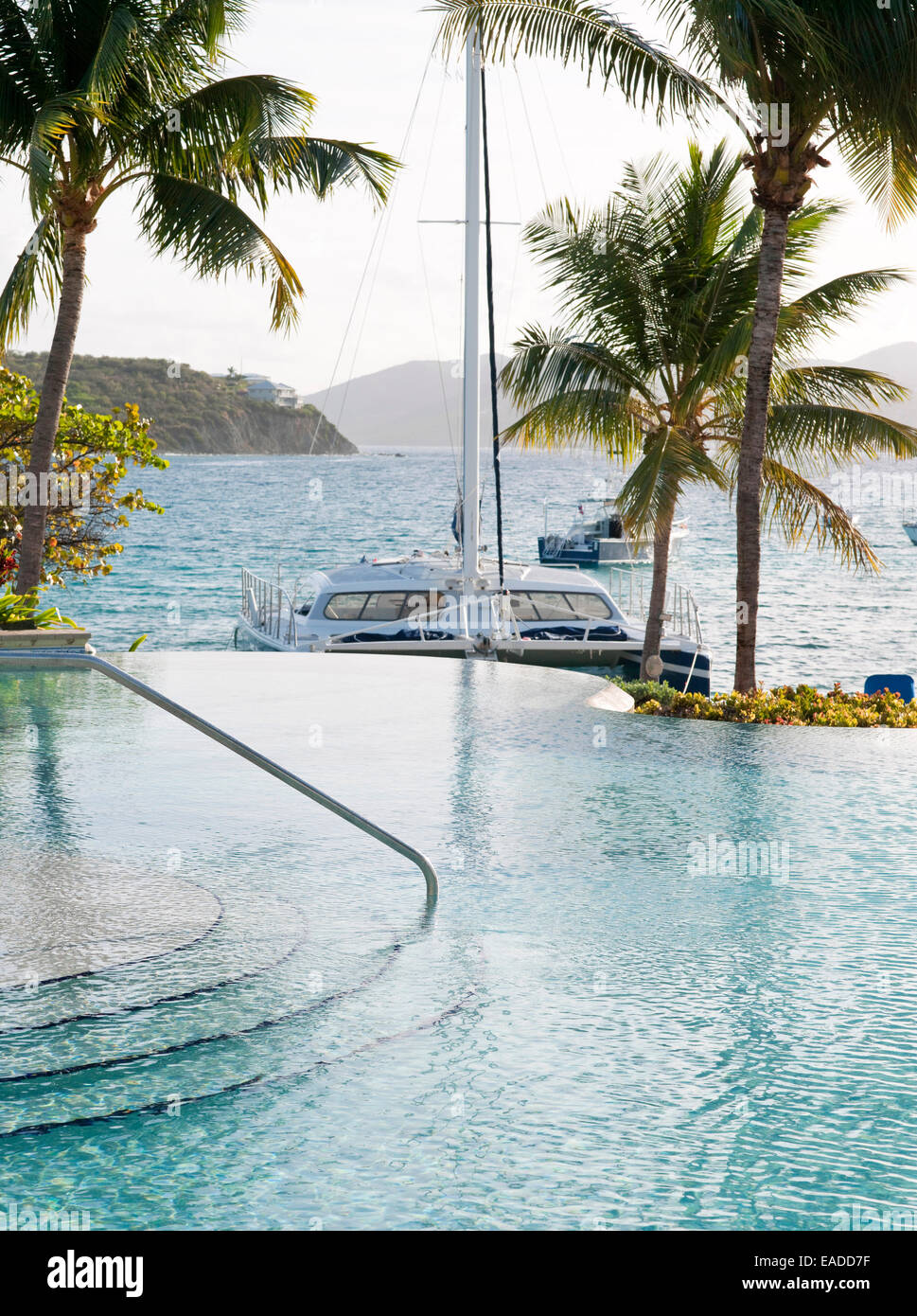 infinity pool and ocean in tropical Caribbean setting - Stock Image