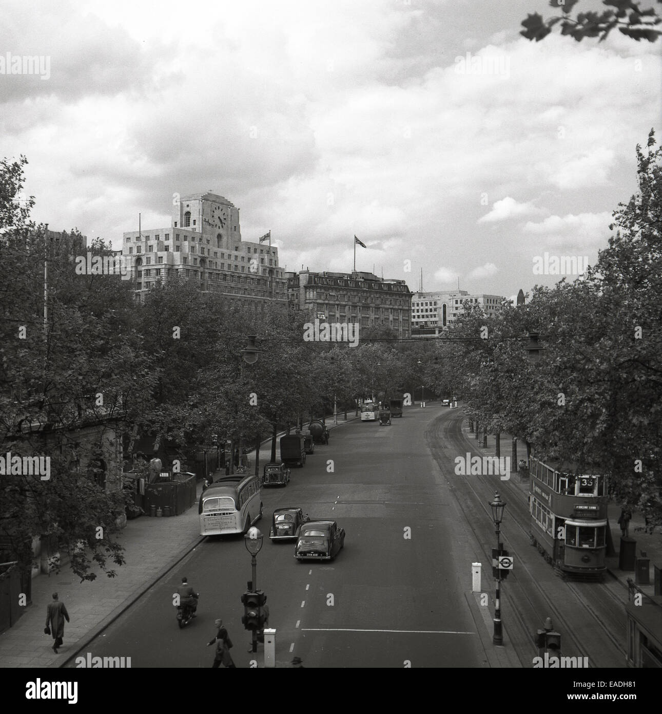 1940 historical picture of the Victoria embankment by River Thames, London with the Savoy Hotel in the background - Stock Image
