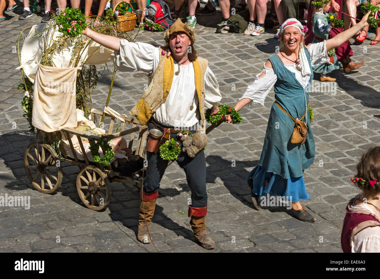 Impoverished couple pulling a baby carriage, wedding procession of the 'Landshut Wedding', historic center, - Stock Image