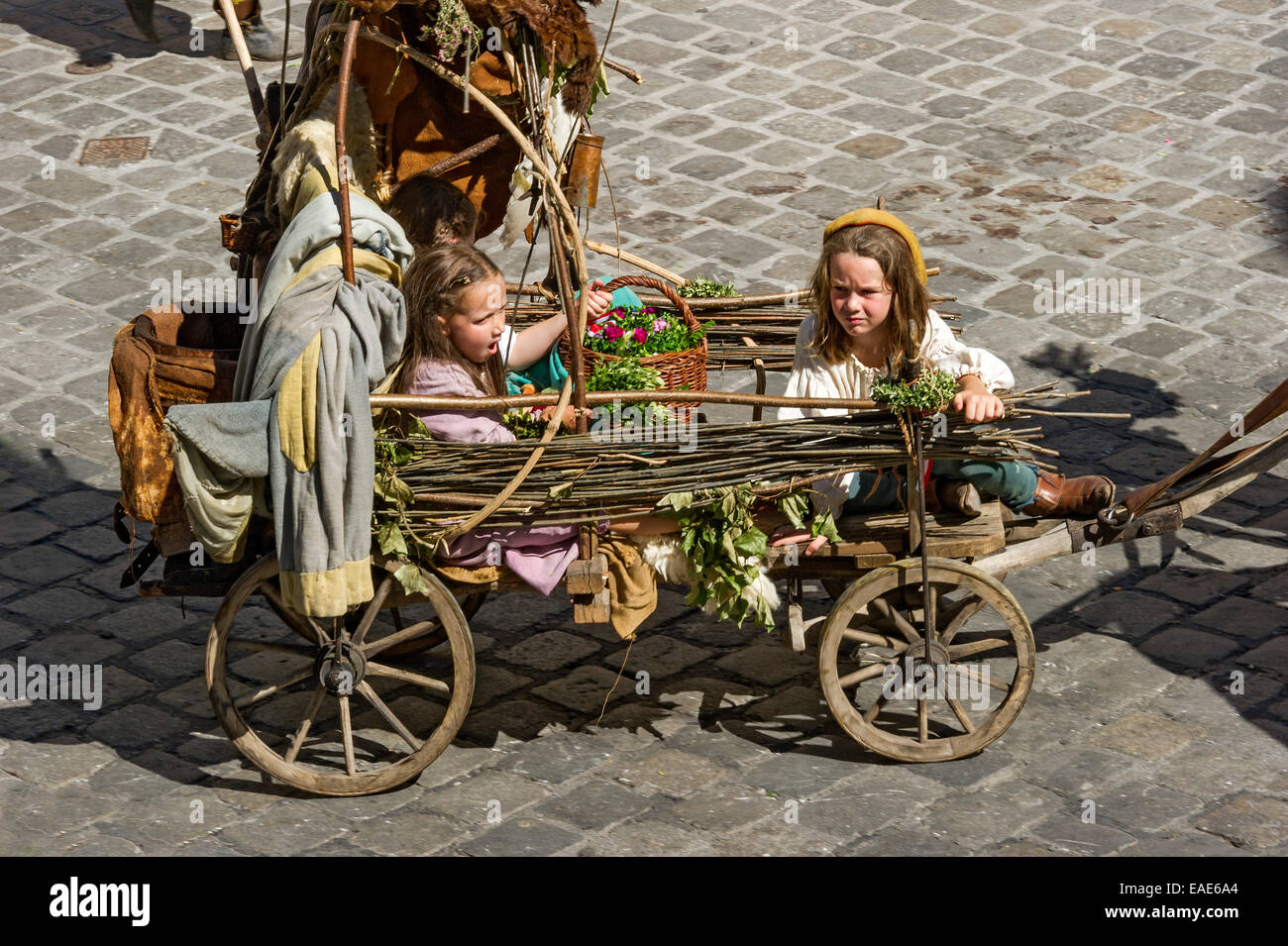 Children in an impoverished cart, wedding procession of the 'Landshut Wedding', historic center, Landshut, - Stock Image
