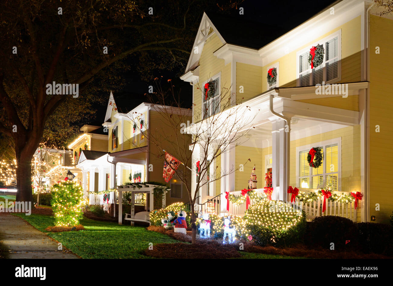 These Traditional, Victorian Style Homes In A Christmas Town/village Are Beautifully  Decorated For The Holiday Season.