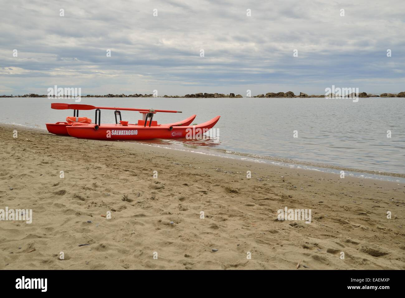 rescue boat (Pattìno-moscone) on the beach. - Stock Image