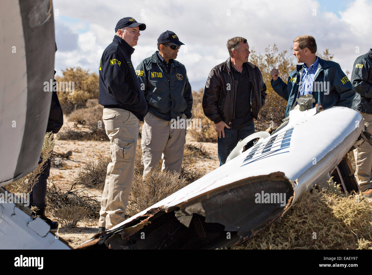 Christopher Hart, Acting Chairman of the National Transportation Safety Board, (center) listens as NTSB investigators - Stock Image