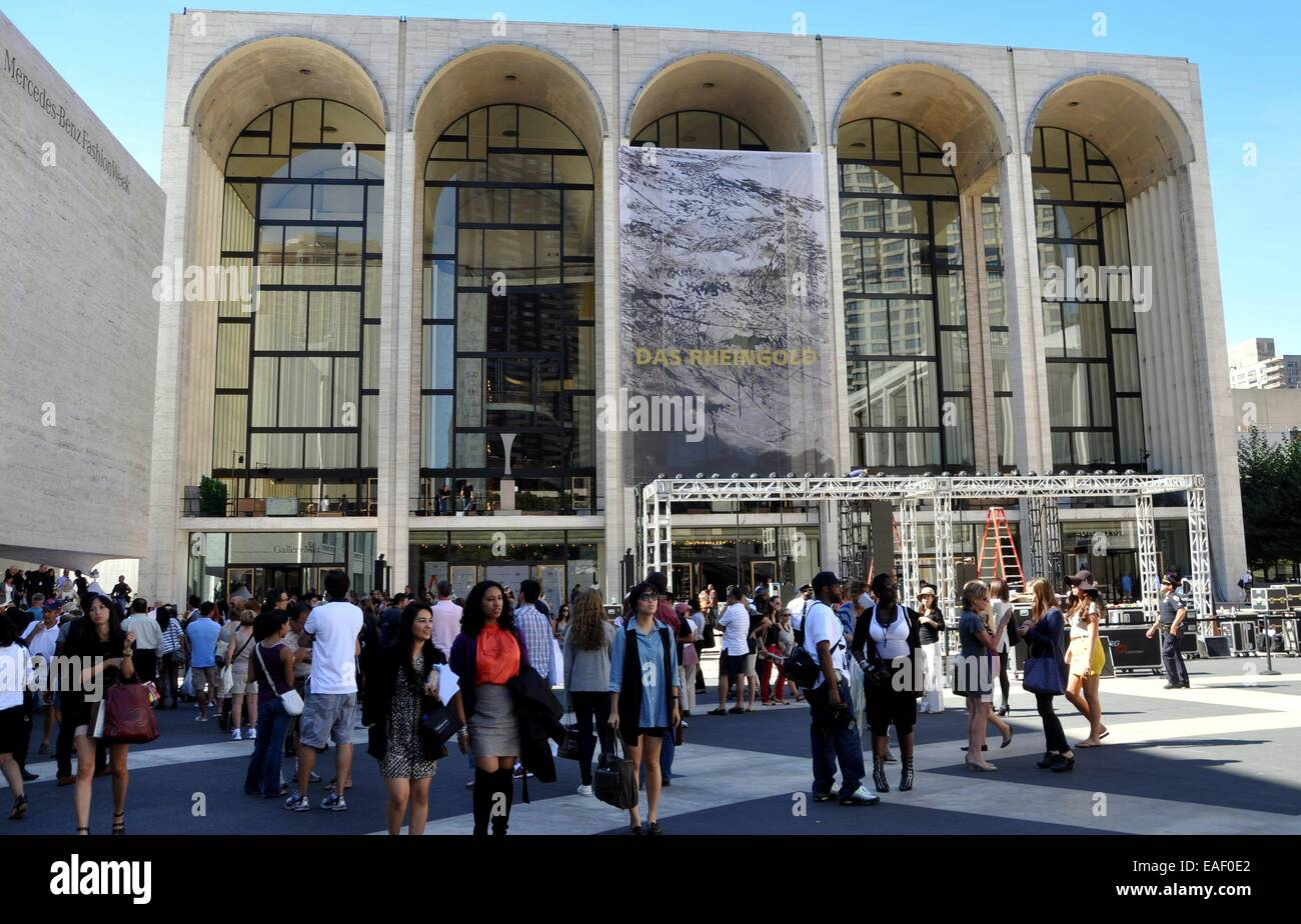 NYC:  Metropolitan Opera House and crowds in Josie Robertson Plaza during Mercedes Benz Fashion Week at Lincoln - Stock Image