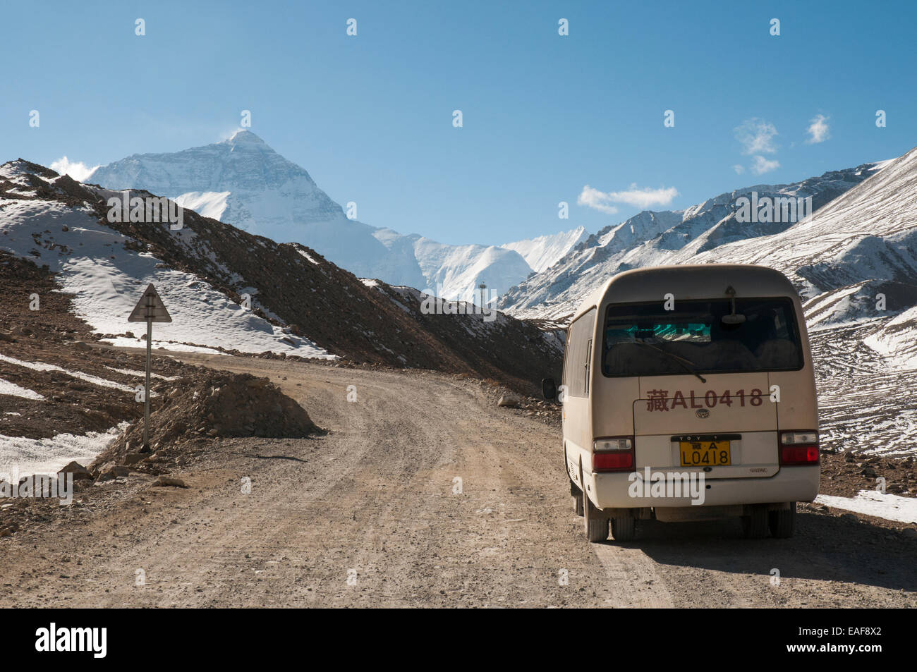 The road into Everest (Qomolangma) Base Camp, Tibet, China. Mt Everest (8488m) looms up at left. - Stock Image
