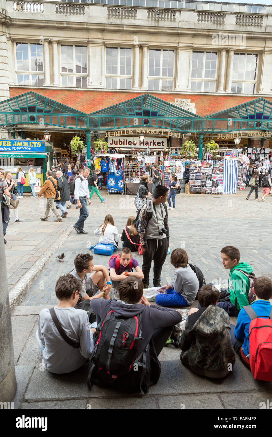 LONDON, UNITED KINGDOM - JUNE 5,  2014:  Crowds gather on a sunny spring day in Covent Garden as street entertainers - Stock Image
