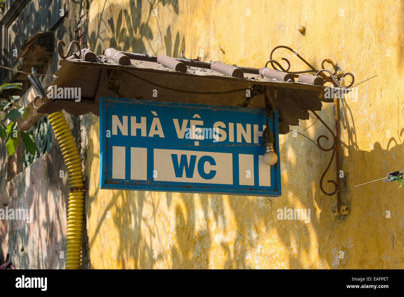 Public toilet or WC sign in Vietnamese - Stock Image