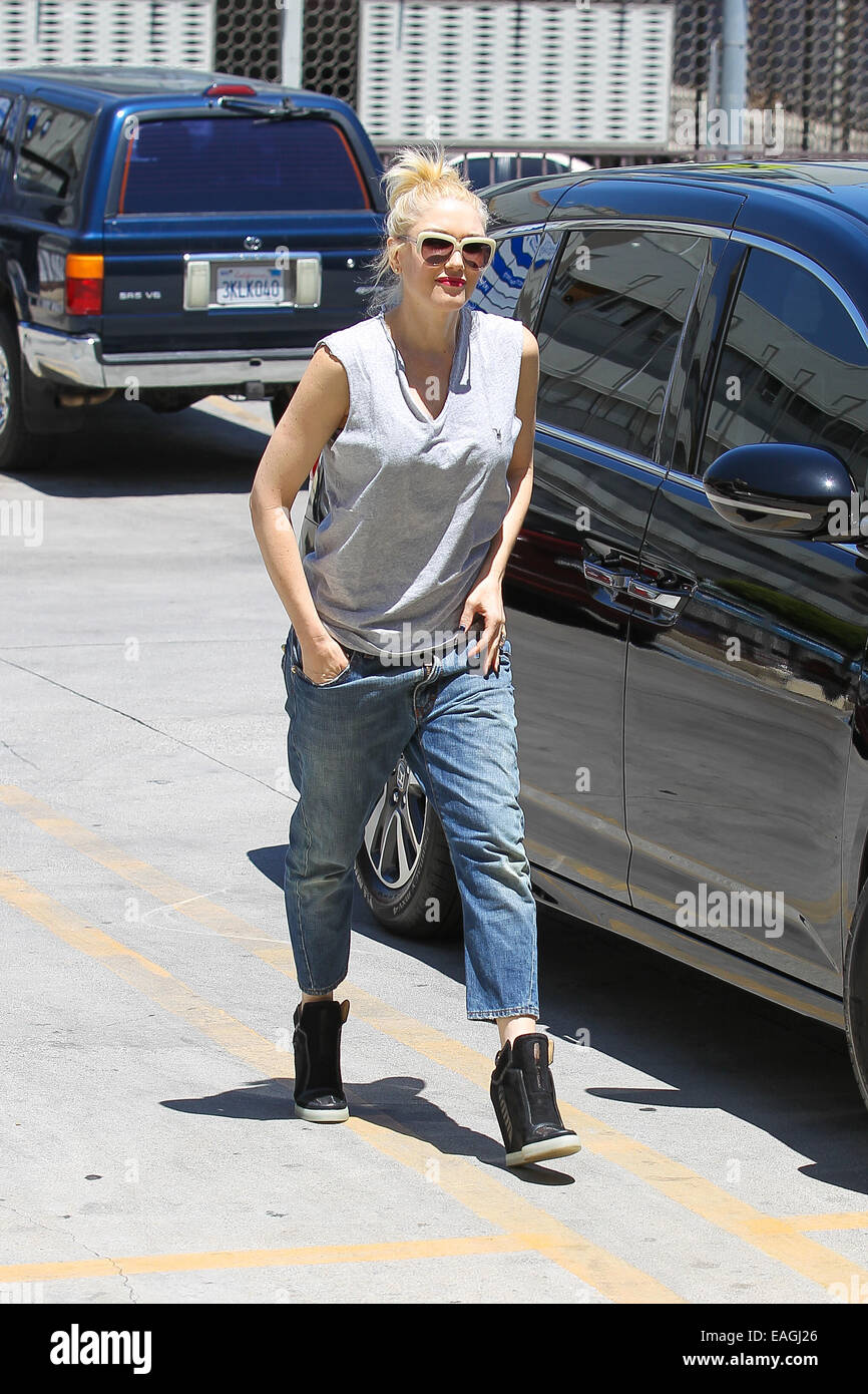 67be54f601196 Gwen Stefani in loose-fitting tank top and jeans leaving goes for an acupuncture  session at Jesun Acupuncture Clinic in Los Angeles Featuring  Gwen Stefani  ...