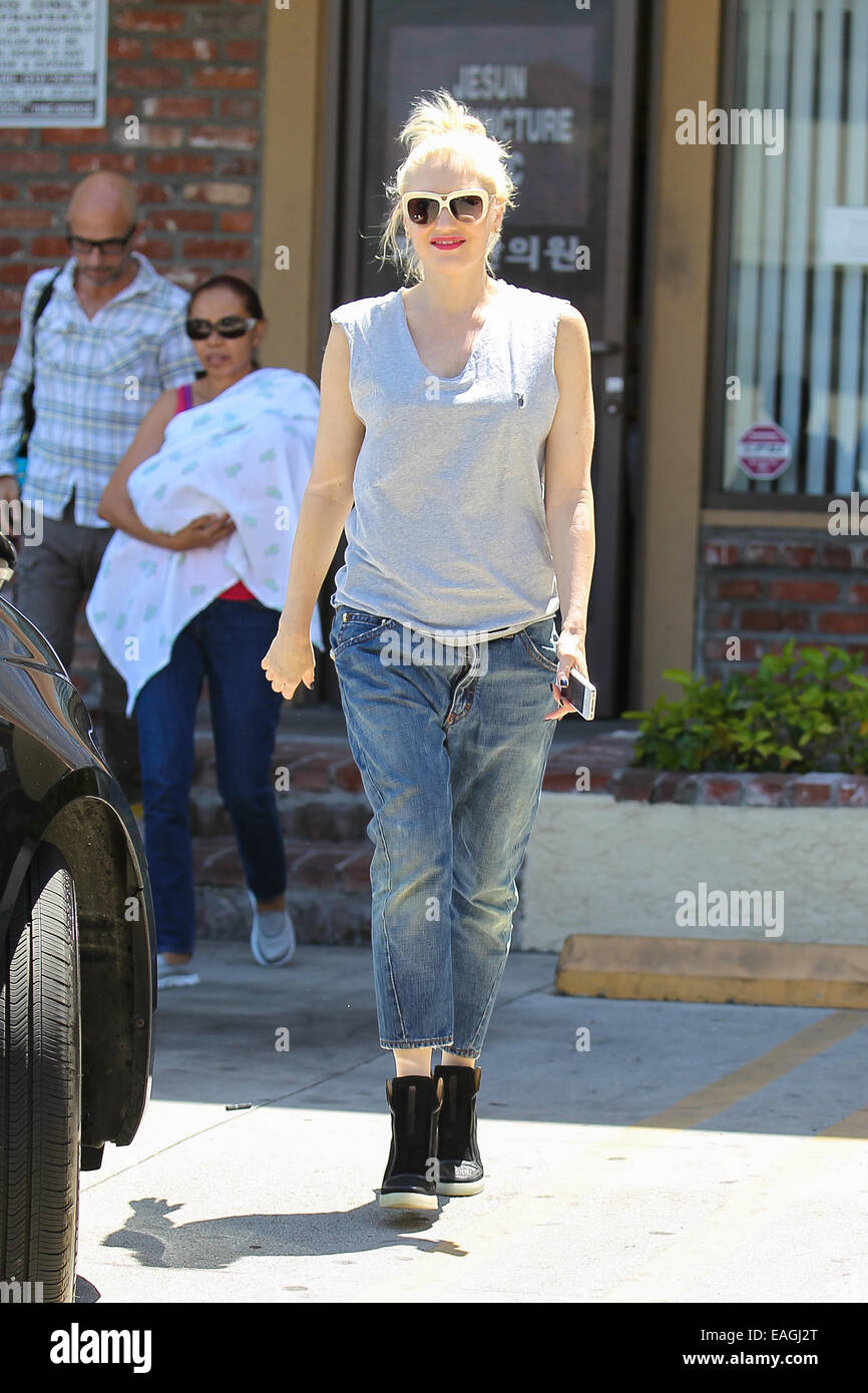 542328dec8492 Gwen Stefani in loose-fitting tank top and jeans leaving goes for an acupuncture  session