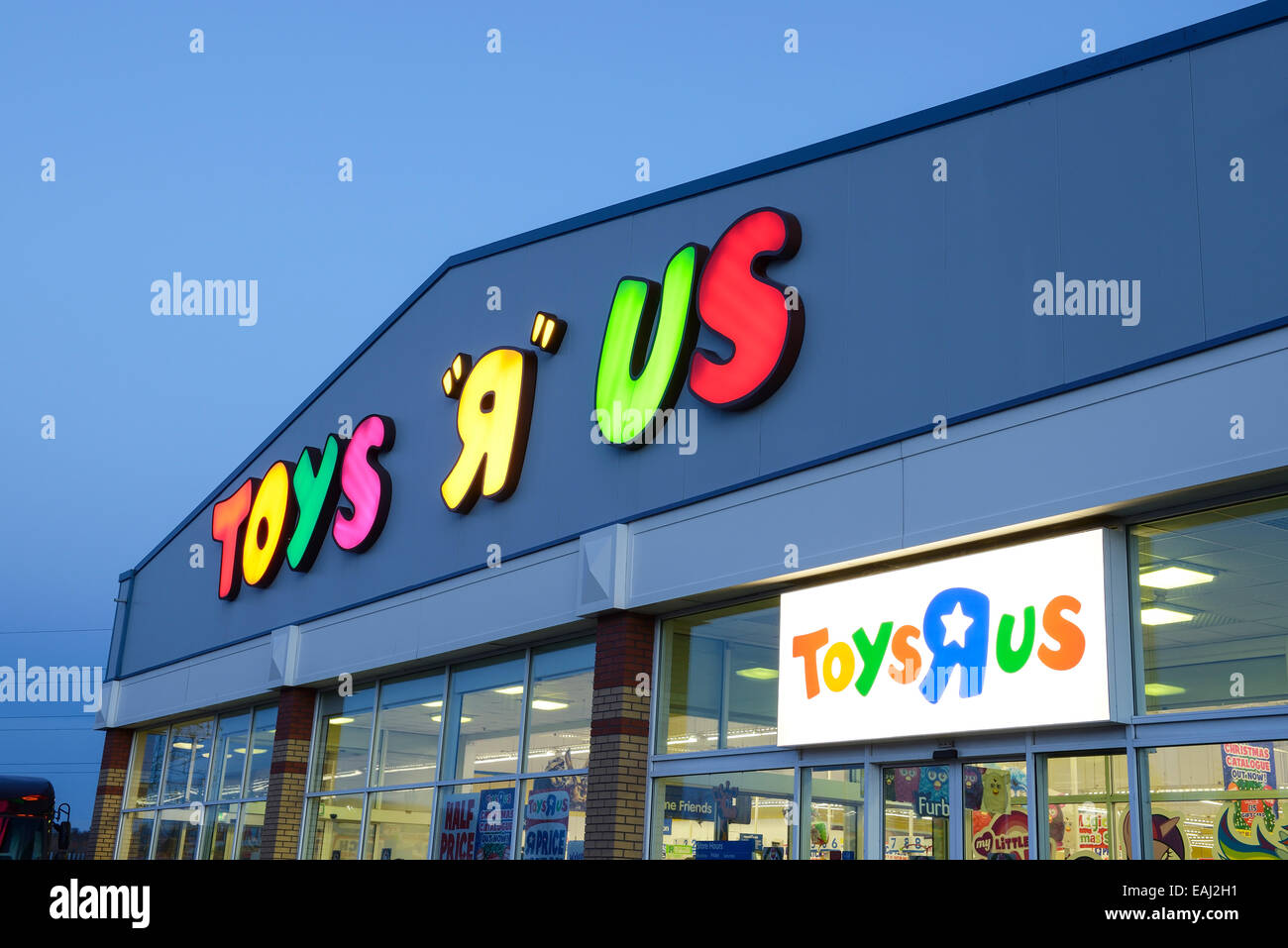 Toys R Us Shop Front At Night Stock Photo 75385213 Alamy