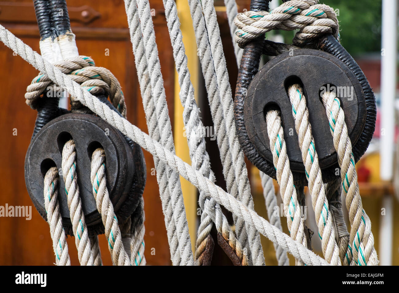 Ancient wooden sailboat deadeye and ropes detail - Stock Image