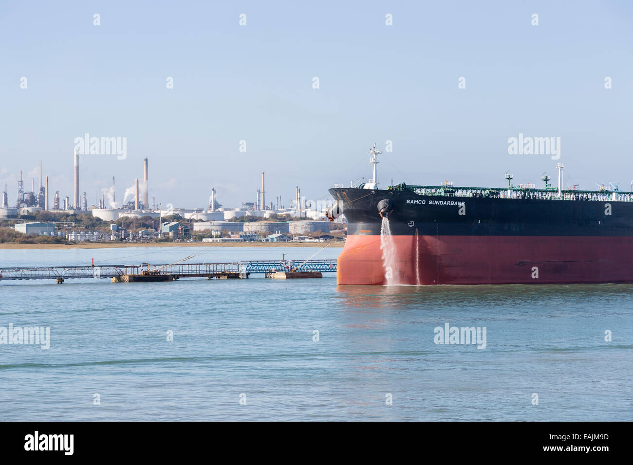Oil tanker, 'Samco Sundarbans', moored at the Exxon Mobil oil refinery on the Solent at Fawley, Hampshire, UK Stock Photo