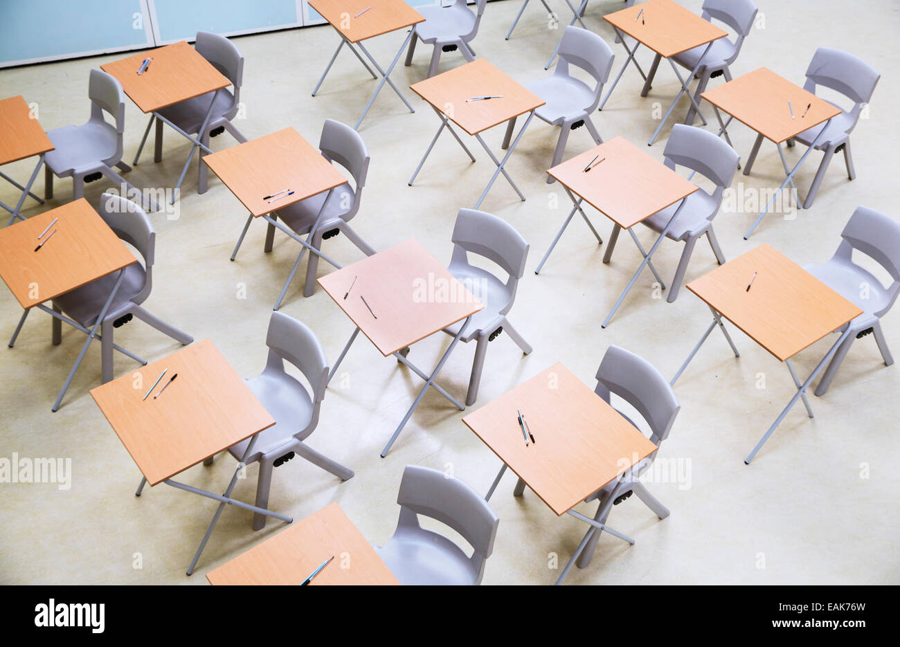 Elevated view of rows of desks and chairs in empty classroom - Stock Image