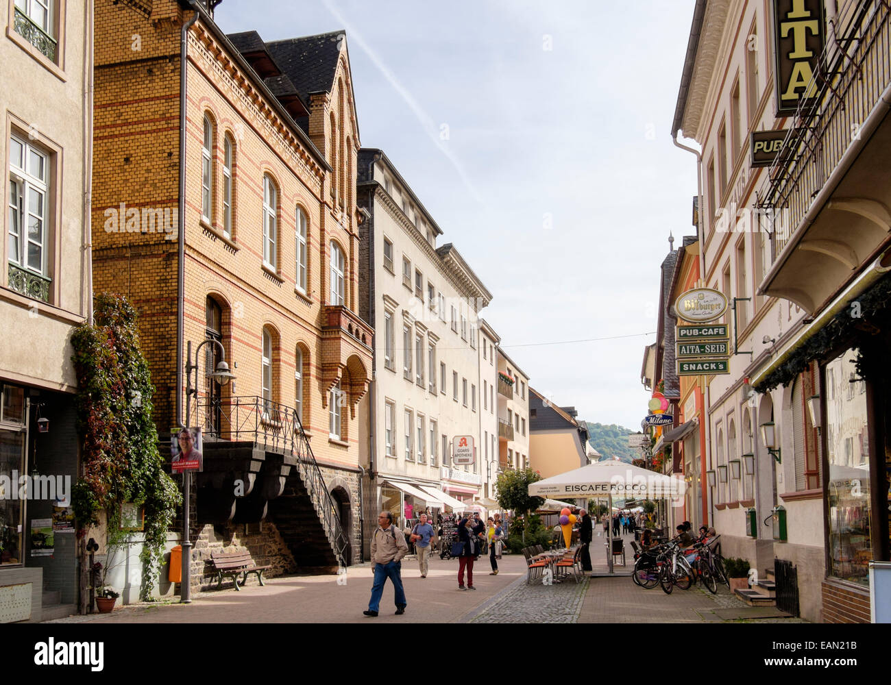 Street scene with cafes and bars in the old town centre of Sankt Goar, Rhineland-Palatinate, Germany, Europe. - Stock Image