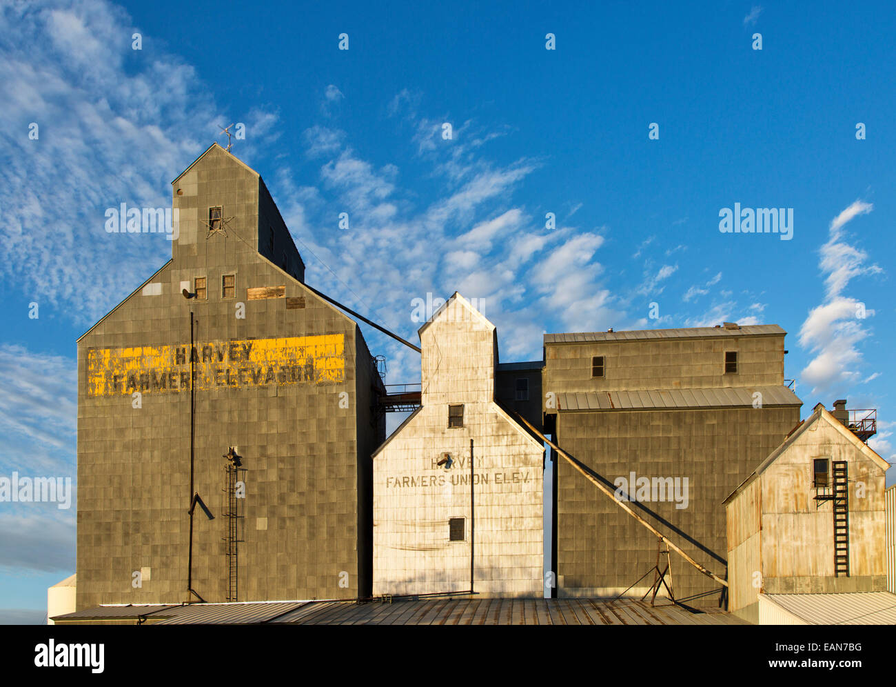 Harvey Farmers elevator & the older Farmers Union elevator. - Stock Image