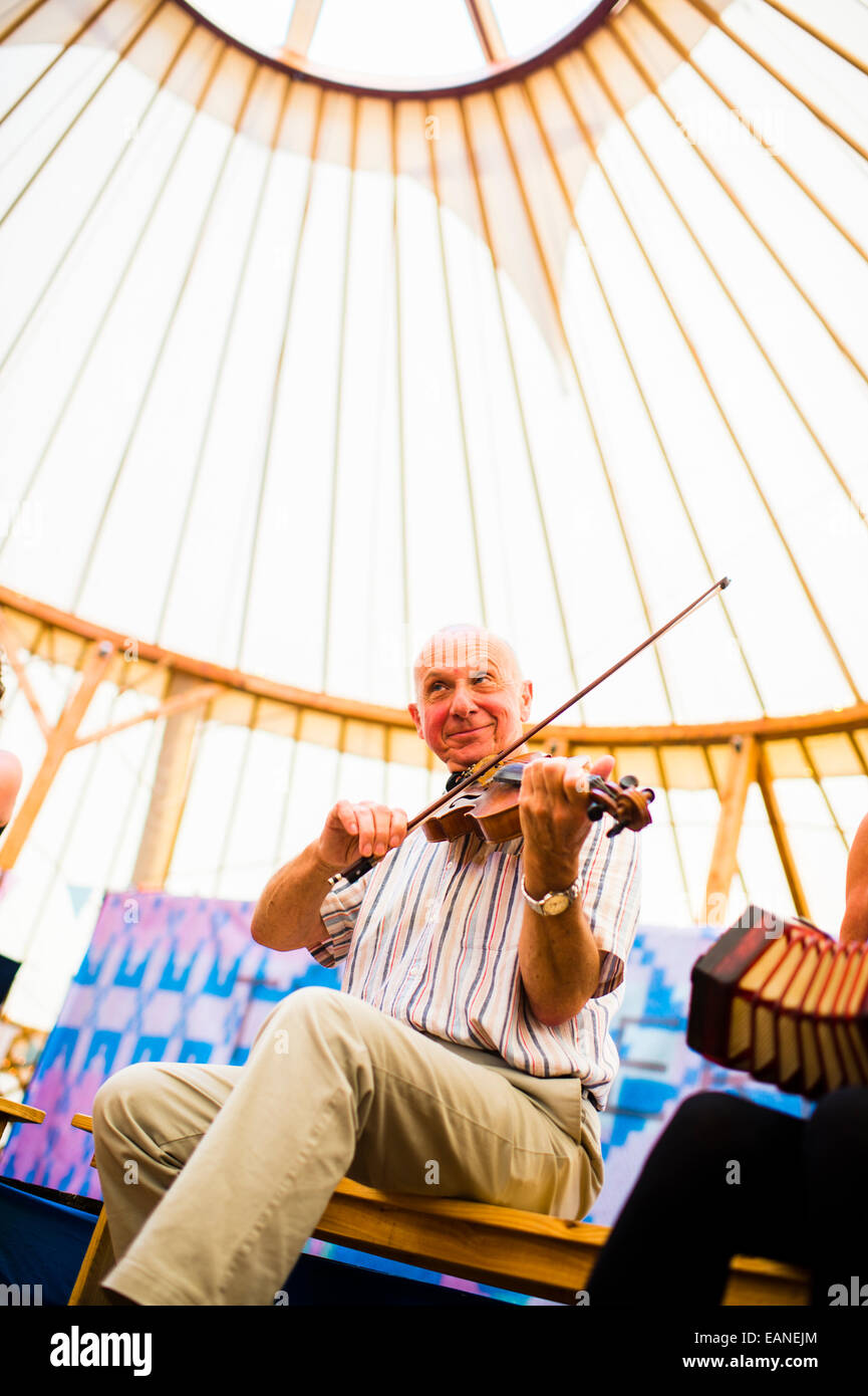 A senior playing traditional folk music on the violin at the National Eisteddfod of Wales, Llanelli, August 2014 - Stock Image