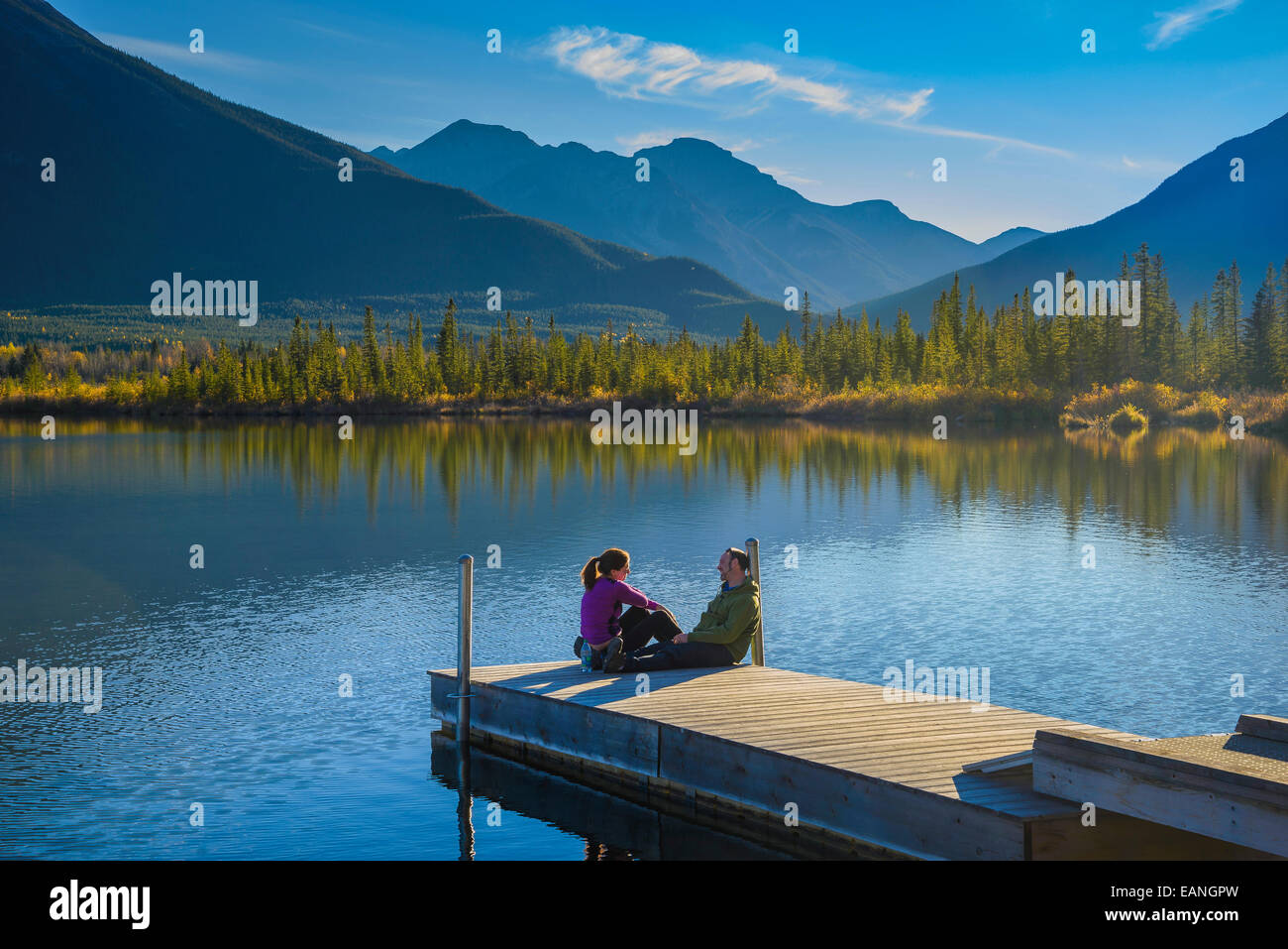 Couple on dock at Vermilion Lakes,  Banff National Park, Alberta, Canada - Stock Image