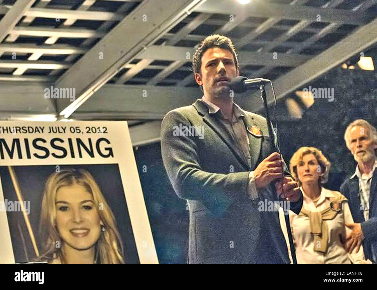 GONE GIRL 2014 Twentieth Century Fox film with from left Rosamund Pike, Ben Affleck, Lisa Barnes, David Clennon - Stock Image