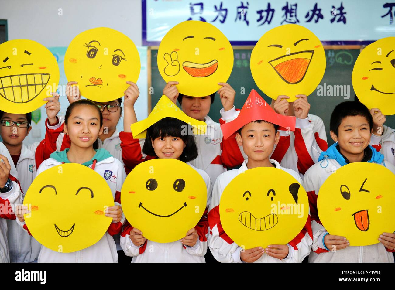 Xingtai 19th Nov 2014 Students Demonstrate Greeting Cards With