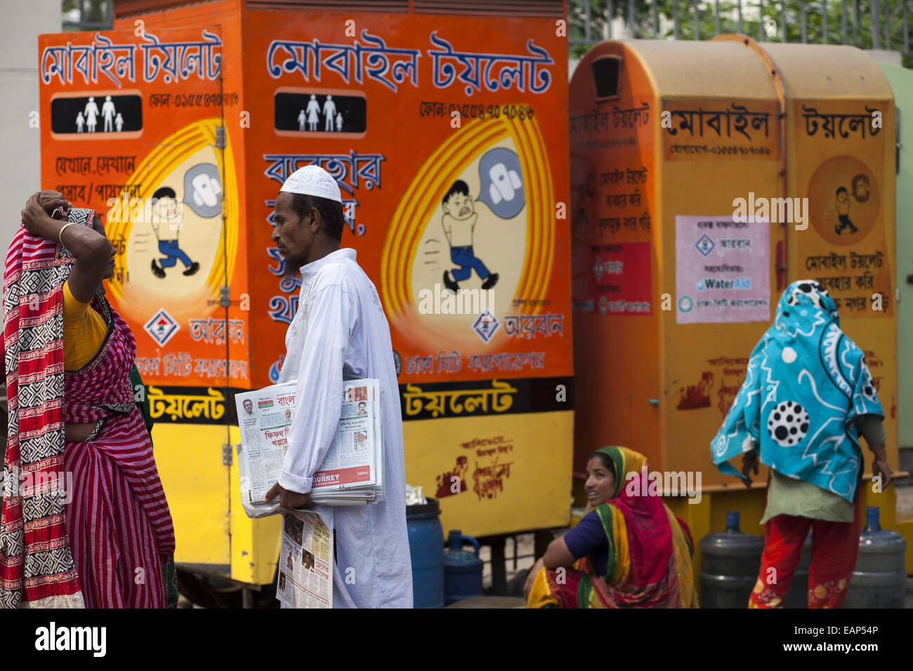 Dhaka, Bangladesh. 19th Nov, 2014. A paper saller making conversation with toilet cleaner infront of Itinerant Mobile - Stock Image
