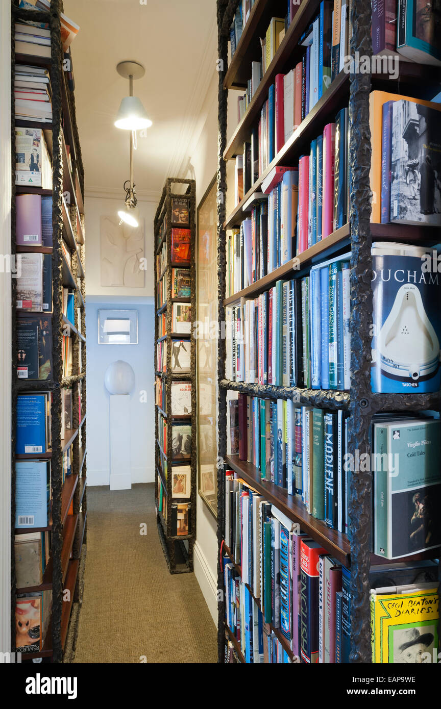Narrow corridor lined with book shelves - Stock Image