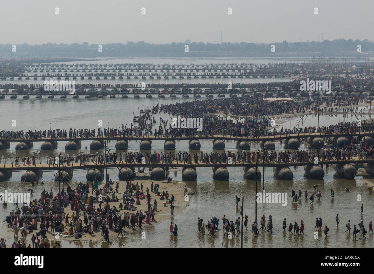 Many pontoon bridges crossing the river Ganges at the Kumbha Mela grounds, Allahabad, Uttar Pradesh, India - Stock Image