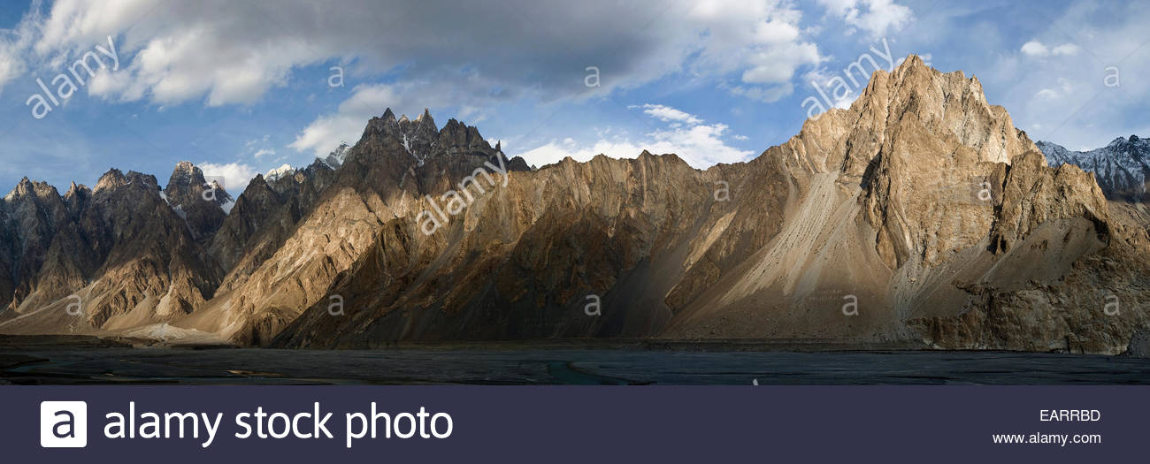 Jagged Karakoram peaks in the Hunza valley near Passu. - Stock Image