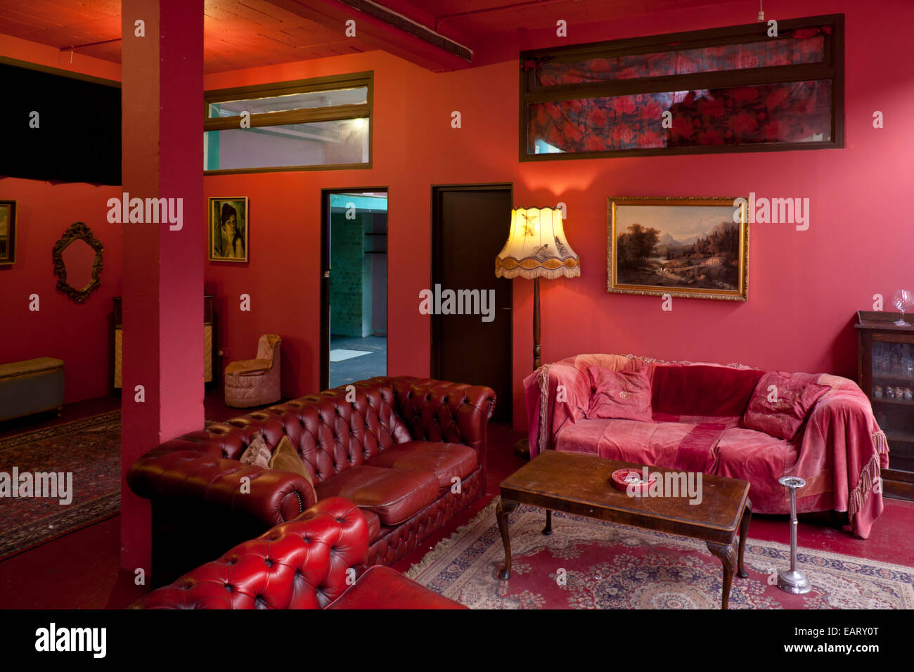 https://c8.alamy.com/comp/EARY0T/living-room-dalston-eclectic-taxidermy-warehouse-and-locations-studio-EARY0T.jpg