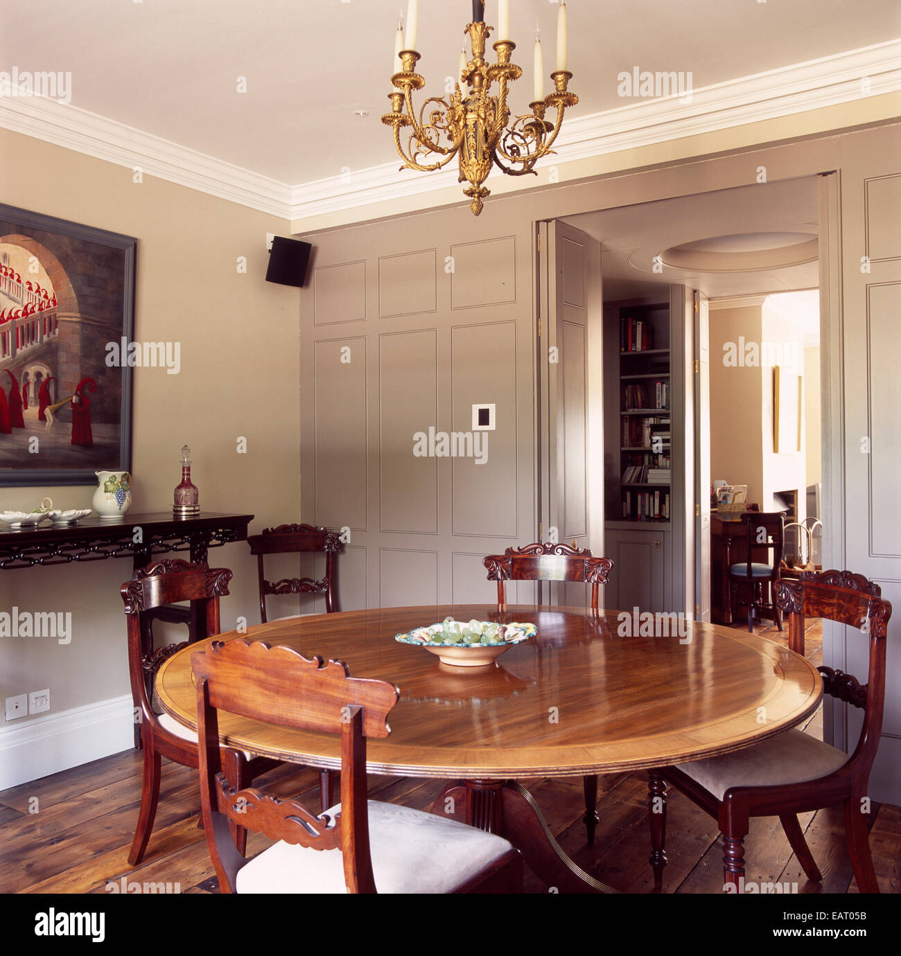 Dining Room With Round Wooden Table And Chairs Stock Photo Alamy