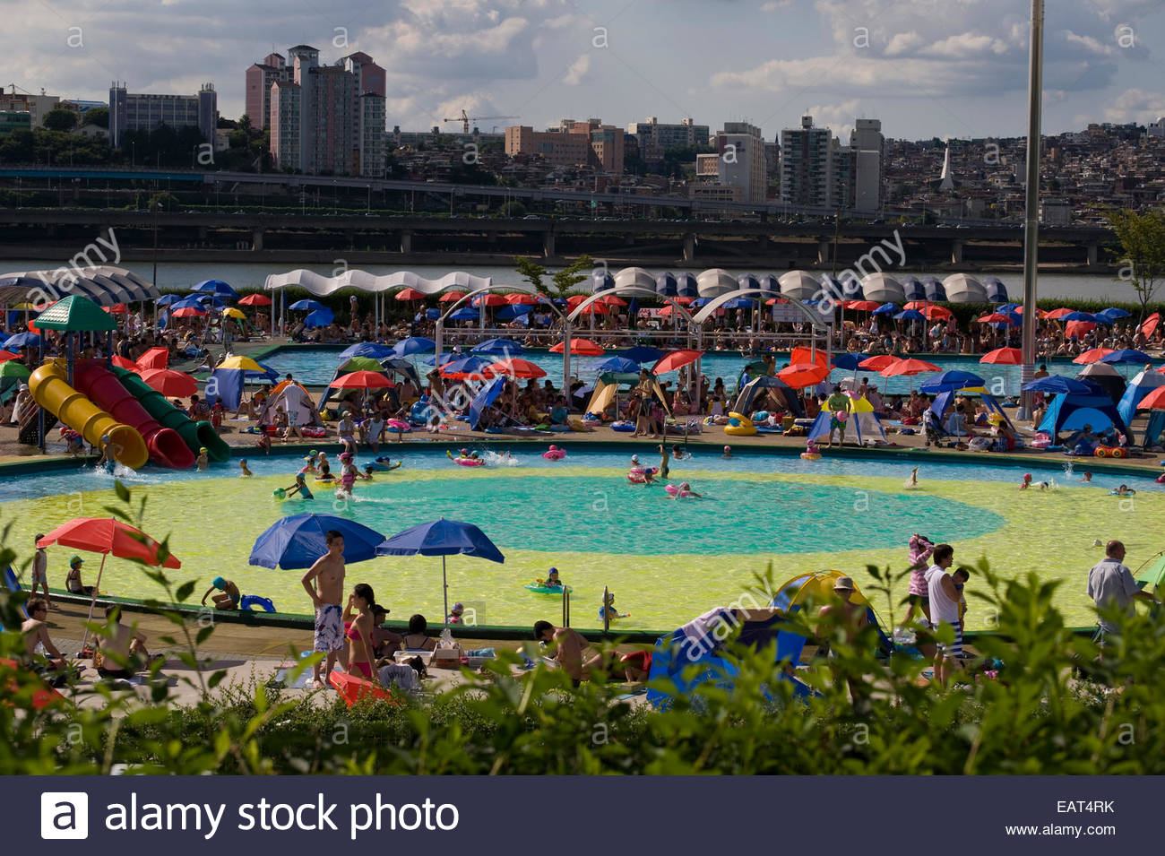 Citizens try to cool off in the Ap-gu-Jung riverside swimming pool. - Stock Image