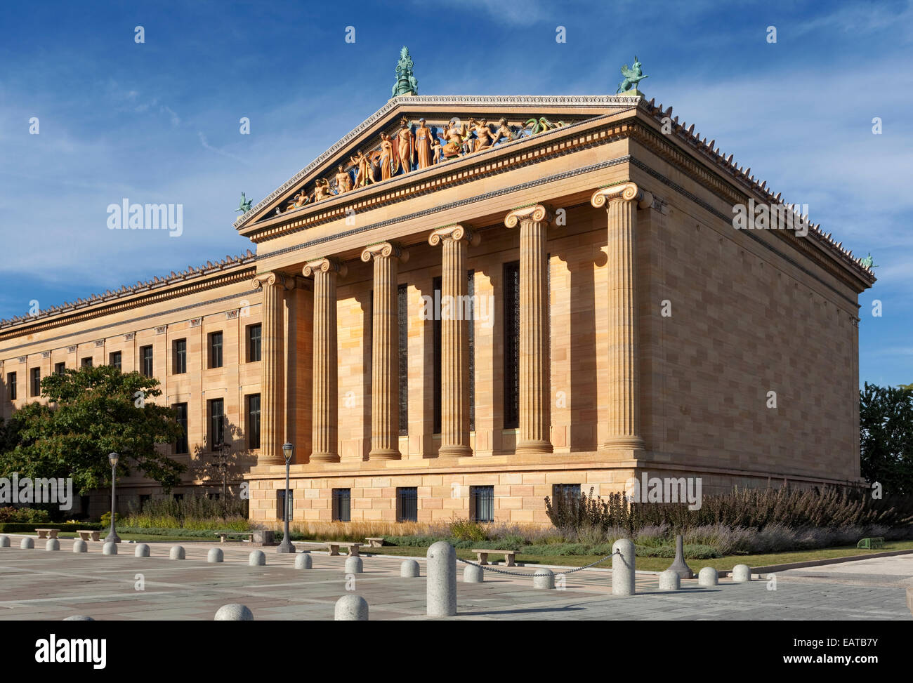 Classic Greek architecture...  The Philadelphia Museum of Art is among the largest art museums in the United States. - Stock Image