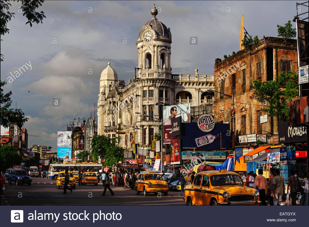 The distinctive clock tower of the Metropolitan Building dominates Chowringee Road, now called Jawaharlal Nehru - Stock Image