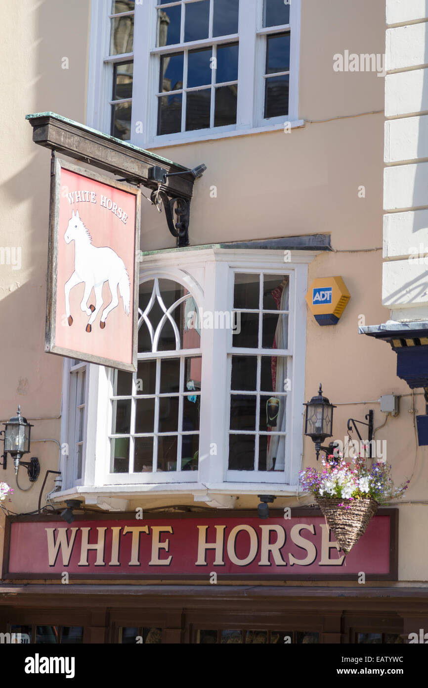 UK, Oxford, the 'White Horse' pub, made famous by the television series 'Inspector Morse' and 'Lewis' - Stock Image
