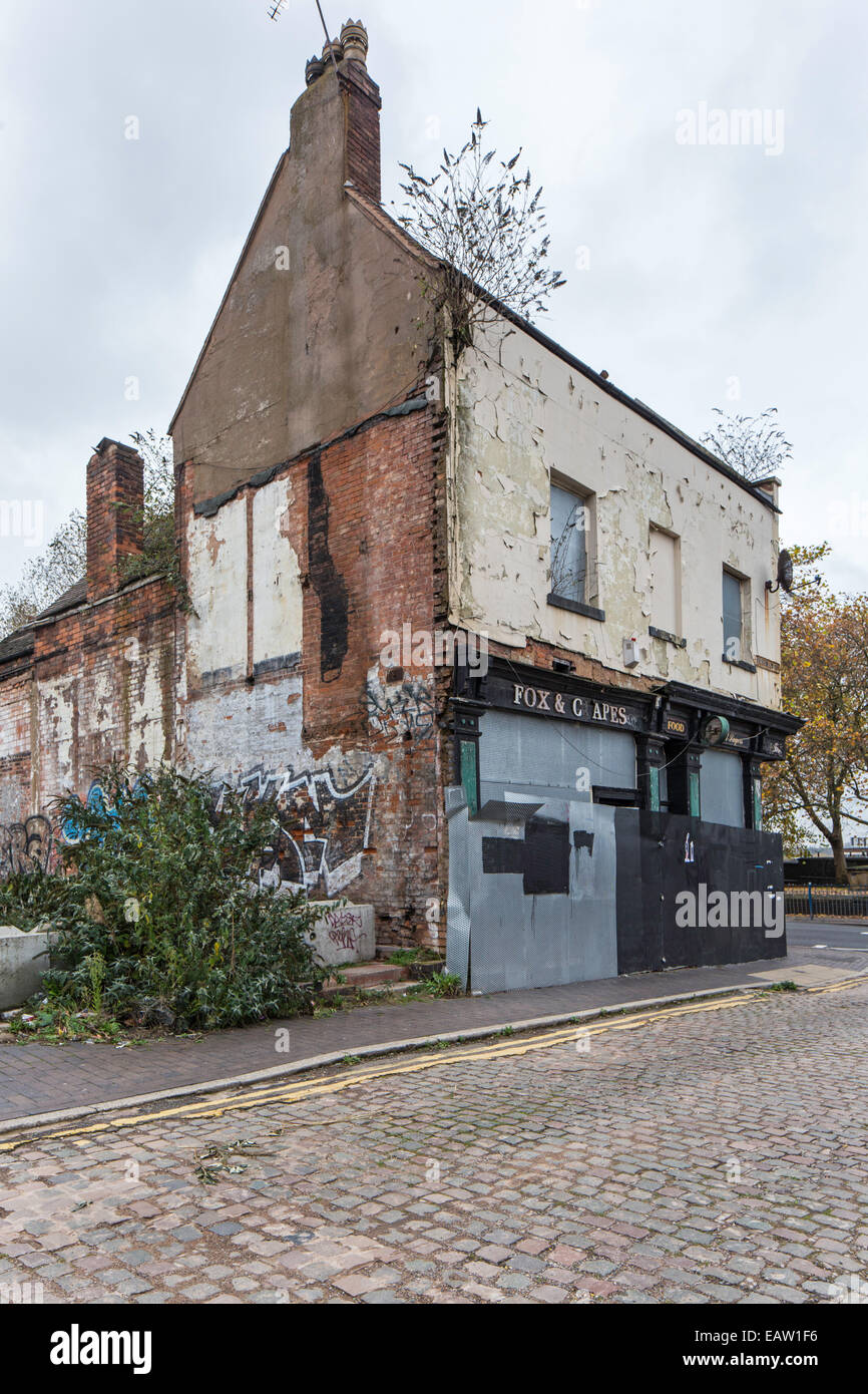The 17th century Fox and Grapes pub a grade 2 listed building in danger of demolition, Park St, Birmingham, England, - Stock Image
