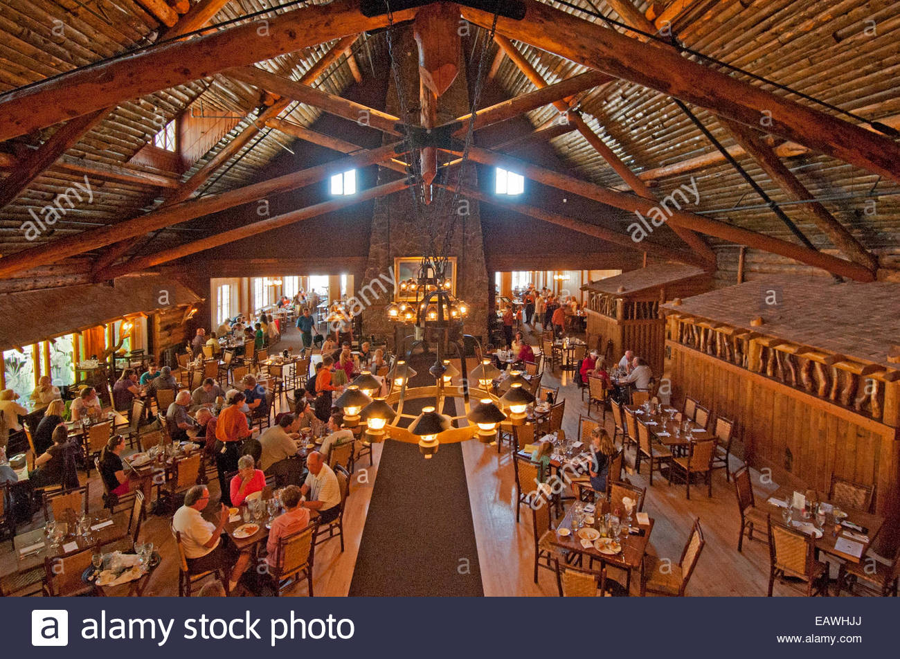 Attirant Tourists Eat In The Historic Dining Room At Old Faithful Inn.   Stock Image